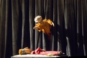 """Domenica a Monserrato, per Il Grande Teatro dei Piccoli, al MoMoTI Is Mascareddas nello spettacolo di burattini e narrazioni """"Soglie""""."""