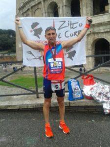 """Massimiliano Nocco guida gli atleti della """"Zitto e Corri Master Team Carbonia"""" alla 23esima edizione della Maratona di Roma."""