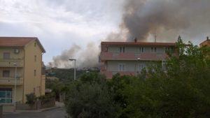 Sono in corso le operazioni di bonifica delle aree percorse dalle fiamme nello spaventoso incendio sviluppatosi ieri all'ingresso di Iglesias.