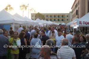 """Una serata di musica e spettacolo in un anfiteatro pieno in ordine di posti ha concluso ieri sera, a Carbonia, l'11ª fiera """"Il Sulcis Iglesiente espone""""."""