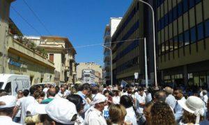 Imponente manifestazione di protesta, questa mattina, davanti all'assessorato regionale della Sanità, contro i tagli alla spesa per le strutture private.