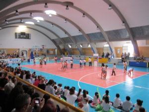 Saggio di danza, a Sant'Antioco, al suono delle sigle televisive, degli alunni delle scuole elementari di Via Bologna.