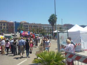 """Seconda giornata della """"Festa del Gusto"""" al porto di Cagliari, con i ballerini greci pronti a far ballare tutti a tempo di """"sirtaki""""."""