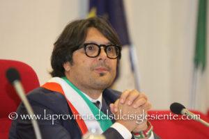 Il sindaco di Sant'Antioco, Ignazio Locci, s'è dimesso dalla carica di consigliere regionale. Paolo Dessì ritorna in Consiglio regionale.