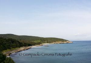 Cresce la polemica, a Sant'Antioco, sulla vicenda dei servizi igienici della spiaggia di CoeQuaddus.