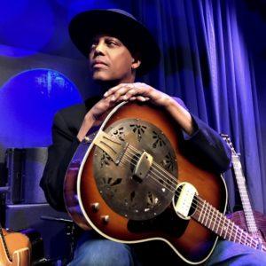 """Il bluesman newyorkese Eric Bibb in concerto a Nureci, alle 22.00, per """"Mamma Blues""""."""