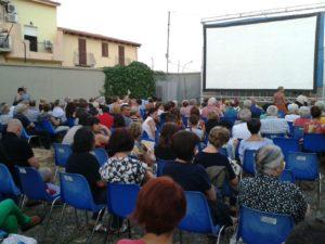 """""""Cinema sotto le stelle"""", ecco la risposta iglesiente, dopo la chiusura del cinema multisala, avvenuta nel 2014, in attesa della sua riapertura."""