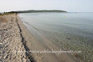 Il corpo senza vita di un uomo di 60 anni è stato rinvenuto nella tarda mattinata sulla spiaggia tra Porto Botte e Is Solinas.