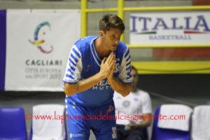 La Dinamo Banco di Sardegna c'è ancora, sbanca il Paladelmauro di Avellino e resta in corsa per i play-off scudetto.