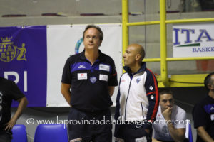 Il coach della Dinamo Federico Pasquini ha rassegnato le dimissioni, il presidente Stefano Sardara le ha respinte.