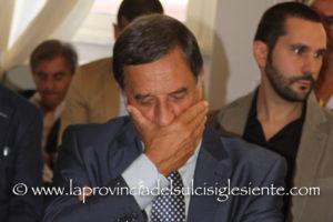 Il generale Domenico Rossi ha rimesso oggi le proprie deleghe di sottosegretario della Difesa dopo una trasmissione delle Iene.