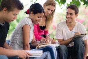 L'Unione Europea mette in campo una nutrita serie di progetti e strategie per la formazione e l'occupazione giovanile.