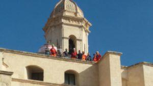 I minatori della miniera di bauxite di Olmedo hanno raggiunto in cima al duomo di Sassari gli operai del Geoparco.
