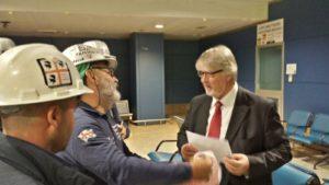 La RSU Eurallumina ha incontrato all'aeroporto di Cagliari Elmas il ministro del Lavoro Giuliano Poletti.