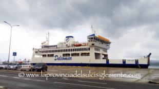 Il maestrale spira più forte di ieri, la tratta Carloforte-Portovesme resta sospesa, il traffico è dirottato su Calasetta