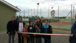 Il sindaco di San Giovanni Suergiu, Elvira Usai, ha inaugurato questa mattina i due campi da tennis, rinnovati nella struttura originaria e completati con gli spogliatoi.