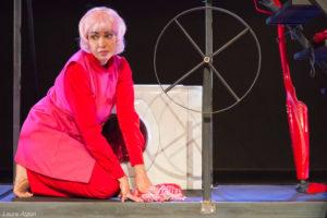 """Da giovedì 7 a sabato 9 dicembre, al Teatro delle Saline, la compagnia Akròama – nell'ambito della residenza artistico-creativa Living Macbeth, porta in scena """"Farsa nera""""."""