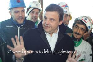Tutte le foto e i video della visita del ministro Carlo Calenda all'Alcoa di Portovesme: «Abbiamo fatto un importante passo avanti ma festeggeremo solo quando il primo lingotto di alluminio uscirà dallo stabilimento».