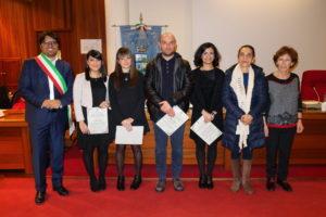 """L'Amministrazione comunale di Sant'Antioco ha consegnato cinque """"attestati di merito"""" ad altrettanti giovani antiochensi distintisi nel 2017."""