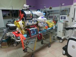Un'equipe della Rianimazione dell'Aou di Sassari per la prima volta in Sardegna, impianta il macchinario per l'ossigenazione extracorporea all'esterno del reparto ospedaliero di competenza.