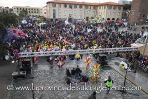 """Il carro """"Il popolo laborioso"""" ha vinto l'edizione 2018 della sfilata di Carnevale di Carbonia, condizionata dalla pioggia."""