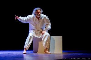 """Lunedì 5 marzo al Teatro Piccolo Auditorium di Cagliari e mercoledì 7 marzo al Teatro Civico di Sassari, """"Uno Nessuno Centomila"""" con Enrico Lo Verso."""