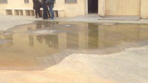 La presenza di una grande pozzanghera di acqua maleodorante crea notevoli disagi di fronte all'ingresso della Camera mortuaria dell'ospedale Sirai.