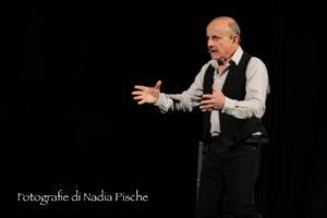 """Grande successo, al Teatro Centrale di Carbonia, per il monologo """"Da questa parte del mare"""", interpretato da Giuseppe Cederna."""