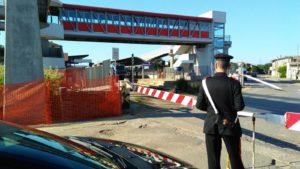 Un furgone Fiat Ducato è rimasto bloccato sui binari in mezzo alle sbarre alla stazione di Samassi ed è stato investito dal treno in arrivo da Cagliari. L'autista, 75 anni, è riuscito a scendere dal mezzo prima dell'impatto.