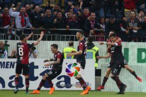 Il Cagliari supera l'Atalanta e festeggia la salvezza. In B ci va il Crotone, battuto a Napoli.