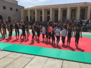 Grande partecipazione, stamane in Piazza Roma, a Carbonia, per la sfilata delle associazioni sportive e delle scuole.