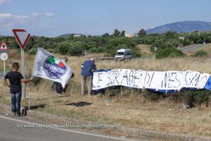 «Le strade di nessuno»: sit-in di protesta contro il degrado della rete stradale del territorio, questo pomeriggio, all'incrocio tra la strada statale 195 e la strada provinciale n° 73.