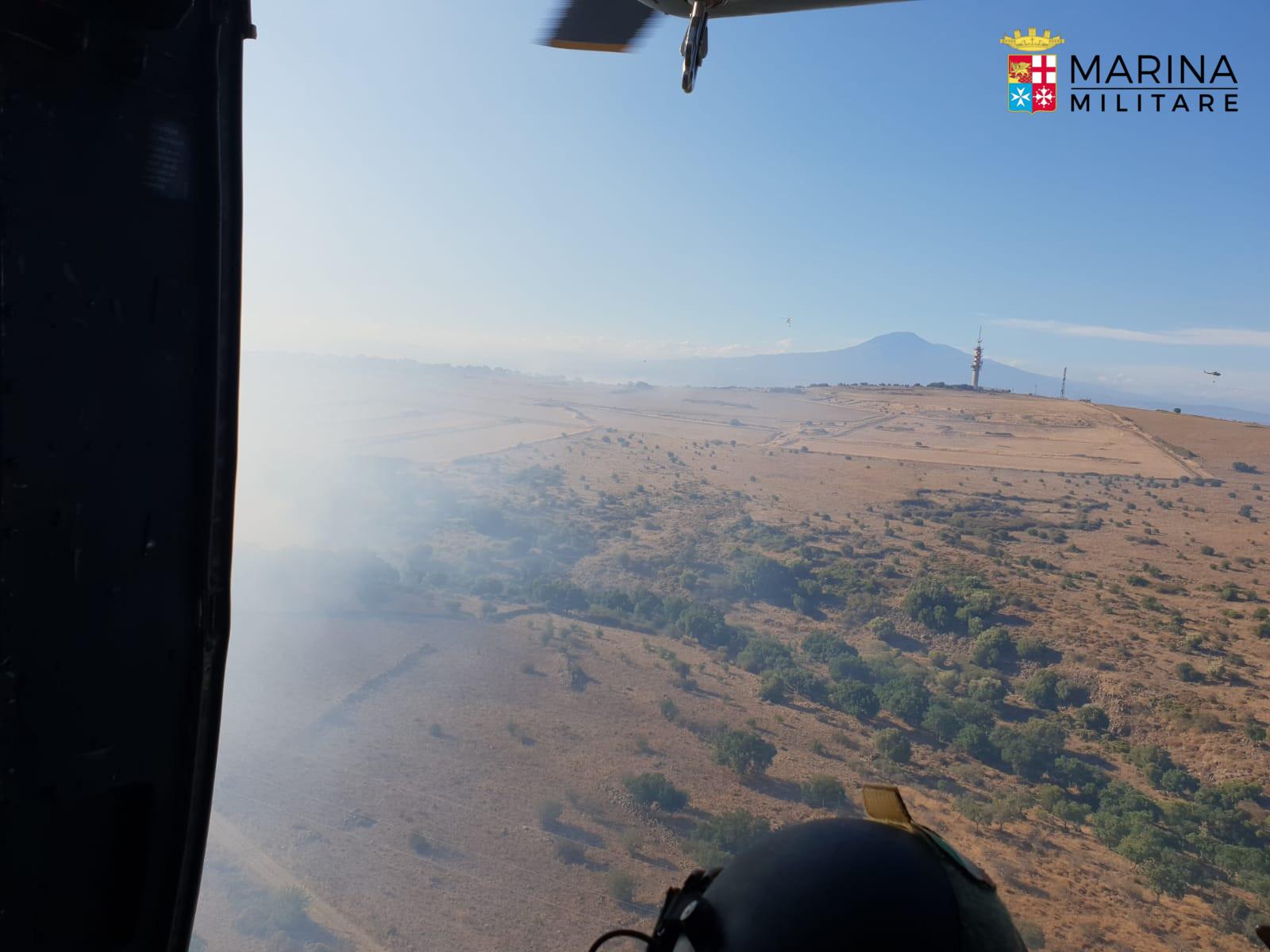 Un Elicottero : Un elicottero della marina è intervenuto per spegnere un incendio