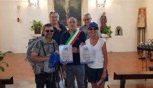 Ai pellegrini/escursionisti francesi Fernande e Renaud è stato consegnato a Domusnovas il Testimonium per aver percorso i primi 200 km del Cammino Minerario di Santa Barbara.