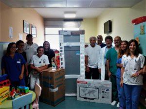 """Le associazioni sportive """"1Lab"""" e Uisp hanno donato due frigoriferi e due televisori alla Neuropsichiatria infantile dell'Aou di Sassari."""