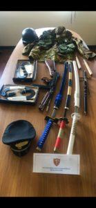 I carabinieri di Cagliari hanno denunciato all'Autorità giudiziaria un 33enne sorpreso a bordo di un'auto carica di armi e abbigliamento militare. Denunciata anche la proprietaria dell'auto.