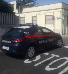 Sparano colpi di pistola ad aria compressa, da un'auto, verso la casa di un pensionato, a Pirri, e si danno alla fuga. Indagano i carabinieri.