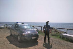 """Tragedia nella spiaggia di """"Su Portu"""", a Chia, dove un turista di 65 anni è morto per arresto cardiocircolatorio."""