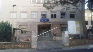 Tragedia della strada questa mattina a Iglesias, dove una donna di 67 anni è stata travolta ed uccisa da un fuoristrada mentre accompagnava la nipotina – ferita lievemente – a scuola.