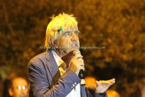 """Domani sera aSarroch, Gene Gnocchi in """"Sconcerto rock"""", chiude il comedy festival Cabaret al Parco 2.0."""