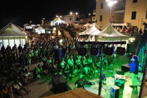 All'Isola in vetrina, a Stintino, successo per lo street food. Oggi si replica e domenica giornata finale con spettacoli e musica di Isole Trio.
