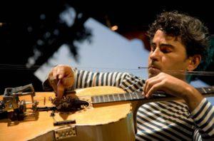 Paolo Angeli protagonista venerdì 24 agosto, a Nuoro Jazz, in mattinata con la masterclass sulla musica tradizionale e in serata in concerto con la Piccola Orchestra Gagarin.