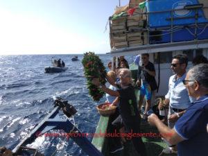Si è rinnovata per la 16ª volta ieri mattina, all'Isola della Vacca, la posa in mare di una corona ai piedi della scultura dell'indimenticabile Gianni Salidu.