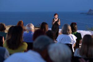 """Vanessa Roggeri, con """"La cercatrice di corallo"""", a Santa Teresa di Gallura, è stata protagonista di """"I monumenti incontrano la lettura""""."""