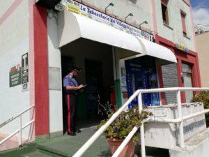 Tentativo di rapina, a mezzogiorno,in un tabacchino di Settimo San Pietro. Il ladro è stato colpito e messo in fuga dal proprietario.