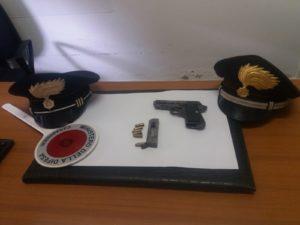 A Sanluri prova a suicidarsi, chiama i carabinieri che lo salvano e poi lo arrestano per detenzione di arma clandestina e ricettazione.