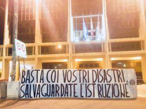 Nella scorsa notte i militanti della sezione cittadina di CasaPound Italia hanno esposto uno striscione di protesta davanti agli uffici della Regione.