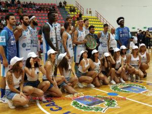 """La Dinamo Banco di Sardegna s'è aggiudicata il 2° Trofeo """"Città di Carbonia"""", superando il Fenerbahce per 95 a 86 (primo tempo 52 a 45)."""