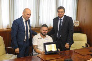 Il presidente del Consiglio regionale Gianfranco Ganau ed il vice Antonello Peru hanno consegnato una targa-premio all'atleta di Sorso Claudio Spanu, giocatore della Dinamo Lab di Sassari.