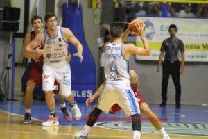 Partenza falsa per la Dinamo a Reggio Emilia (85 a 77, primo tempo 38 a 43), nella prima del nuovo campionato.